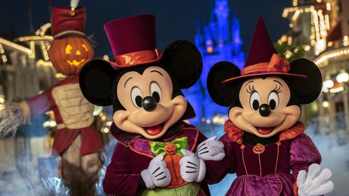 Mickey und Minnie im Halloween Kostüm vor dem Schloss auf der Main Street U.S.A.