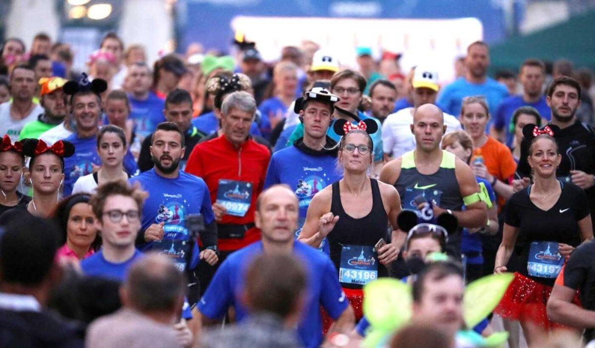 eine Gruppe von Läufern beim Halbmarathon