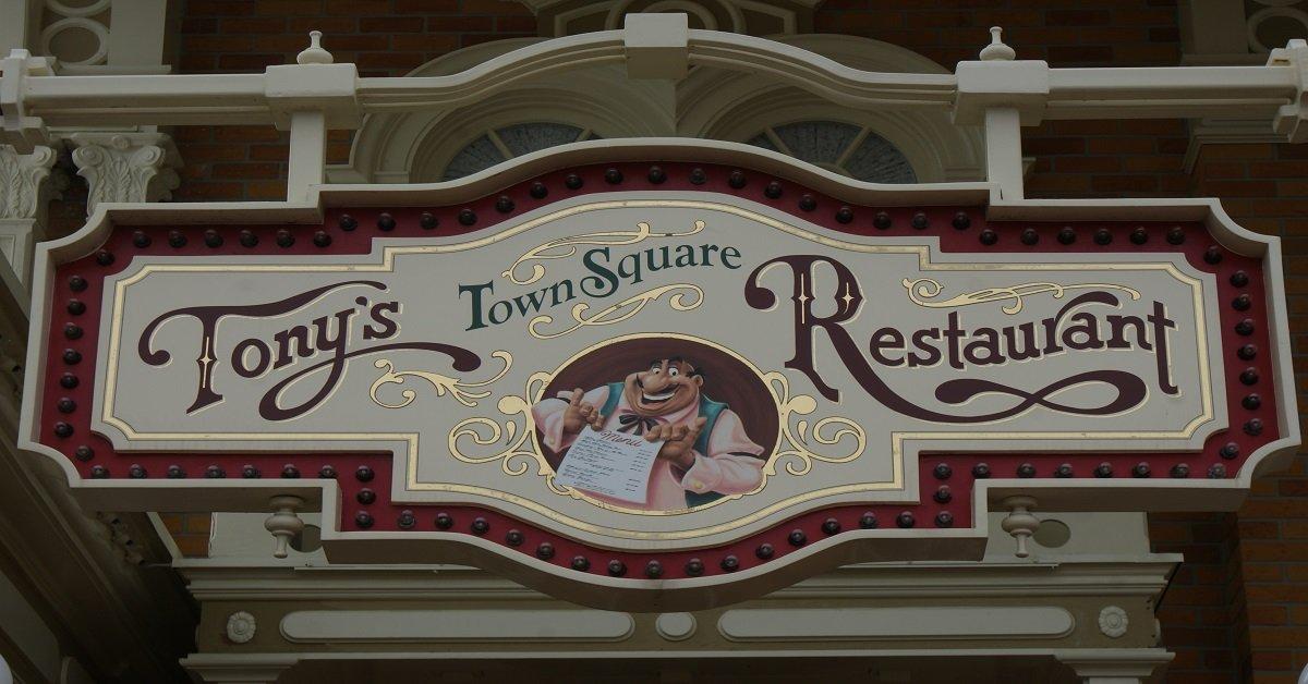Schild am Eingang zu Tony's Town Square Restaurant