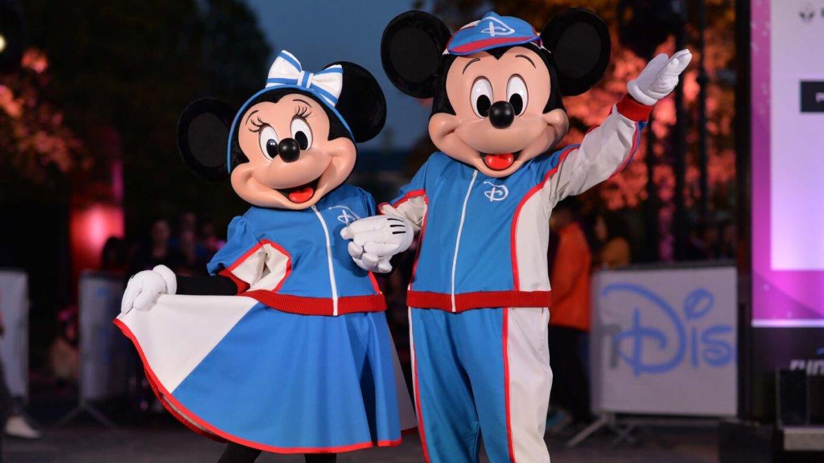 Mickey und Minnie Mouse in ihren Laufoutfits beim runDisney