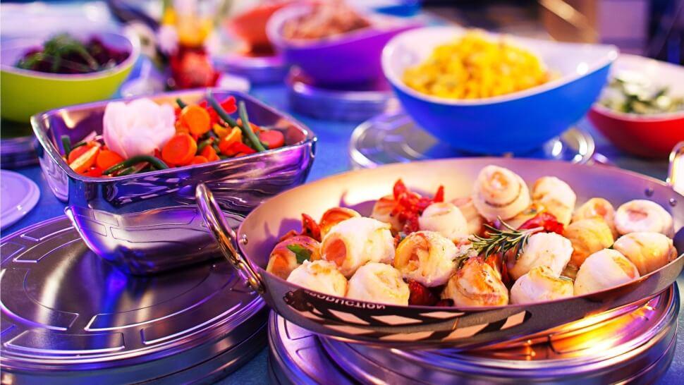 verschiedene Speisen auf einem Buffet