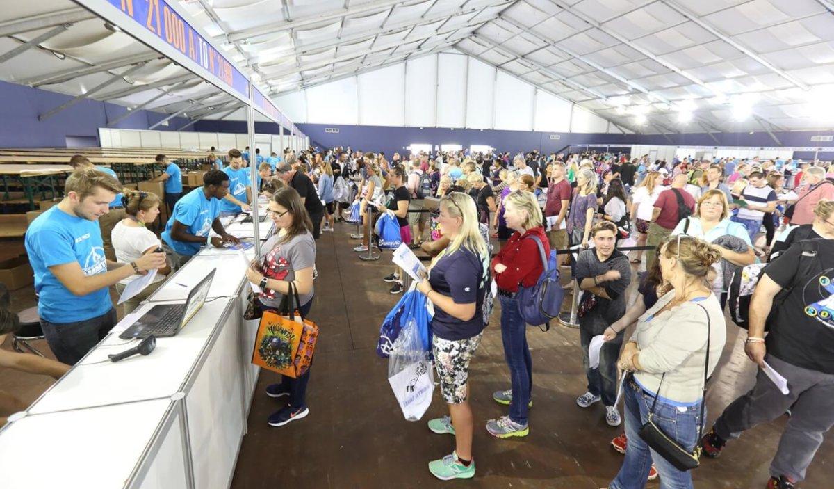 viele Personen bei der Registrierung zum runDisney in einer großen Halle