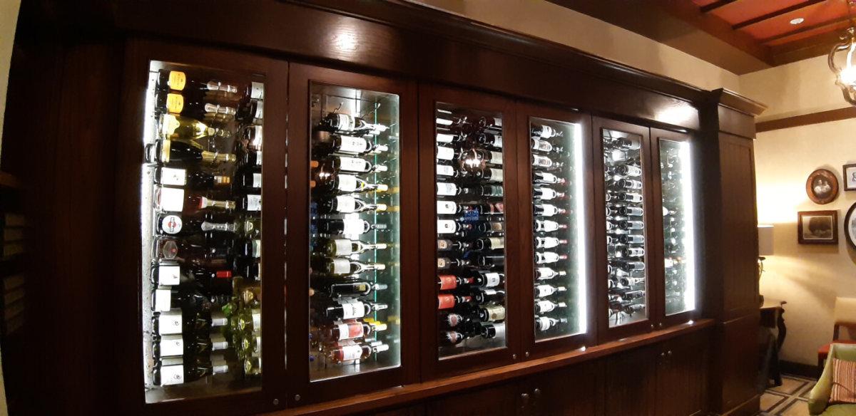 ein großer Weinschrank in der Trattoria al Forno