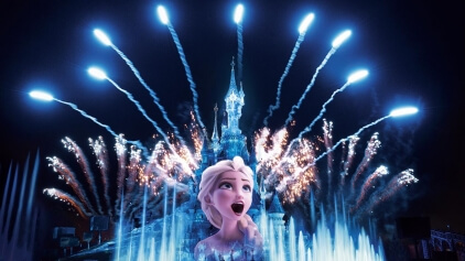 Elsa als Projektion auf dem Disney Schloss