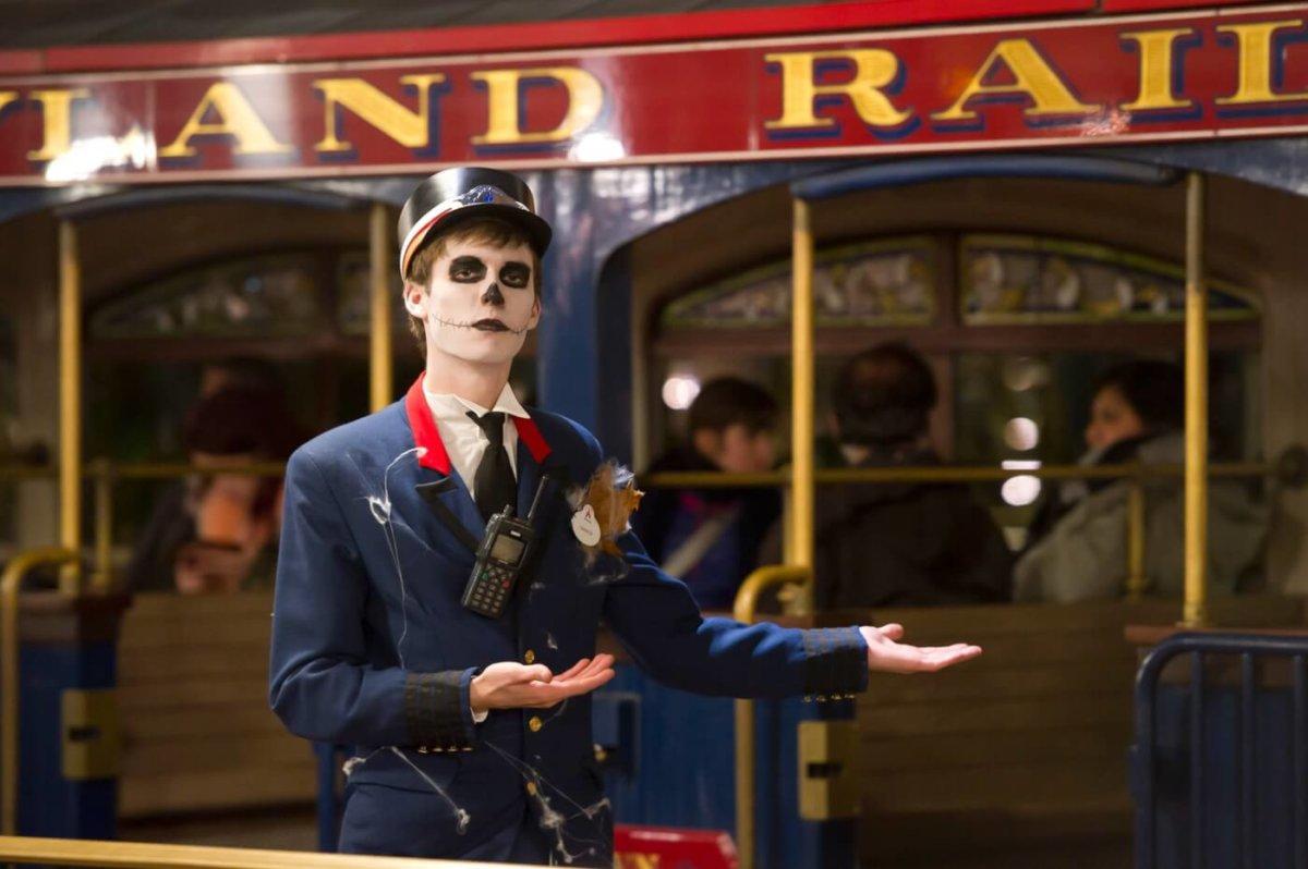 ein verkleideter Mitarbeiter an der Disneyland Railroad