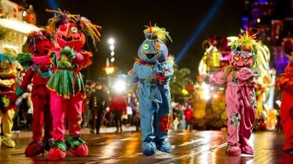 verkleidete Tänzer bei der Halloweenparade