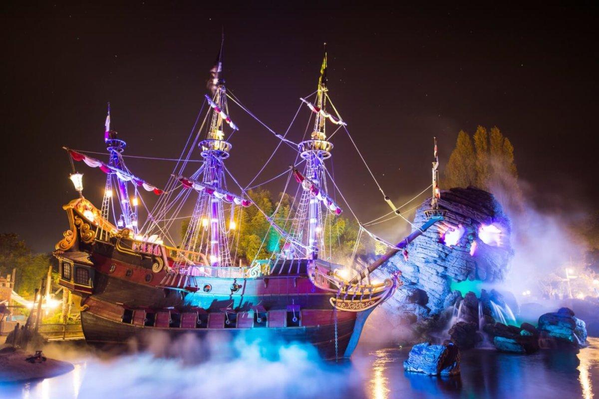 Das Piratenschiff im Adventureland von Nebel umgeben