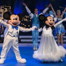 Mickey Mouse und Minnie Mouse in feiner Abendgaderobe auf der Bühne