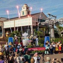 Haltestelle des Disney Skyliners bei der Einweihung mit Feruerwerk und Disney Figuren
