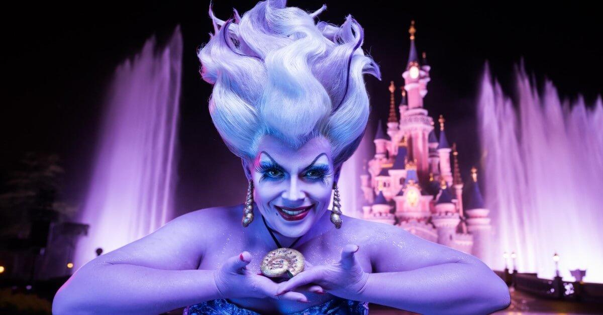 Ursula, die Meerhexe, vor dem Dornröschenschloss in Disneyland Paris