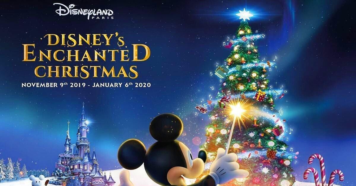 Mickey Mouse vor dem Weihnachtsbaum am Märchenschloss in Disneyland Paris