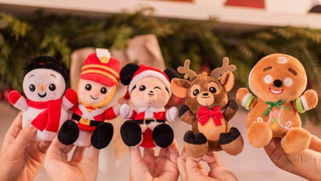 fünf kleine Disney Wishable-Kuscheltiere werden in die Höhe gehalten