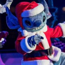 Stitch im Weihnachtsmannkostüm