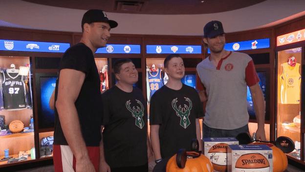 zwei NBA-Spieler mit Fans in der NBA Experience