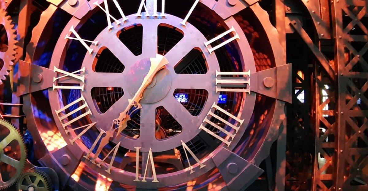 """große Uhr im Eingangsbereich des """"The Edison""""-Restaurants"""