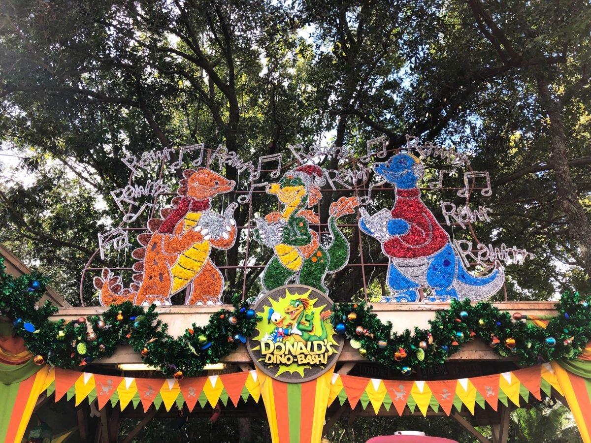 eine farbenfrohe Weihnachtsdekoration im Dinoland im Animal Kingdom