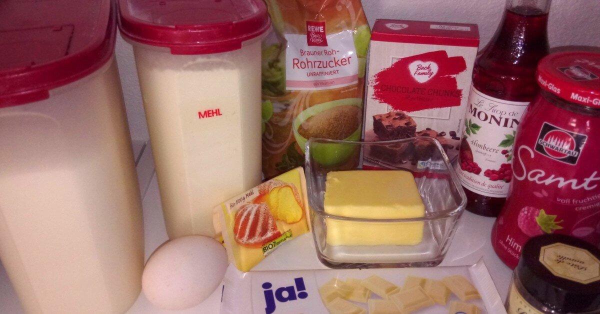 Mehl, Zucker, Kakao, Butter, Ei, weiße Schokolade und Himberrmarmelade - Zutaten für die Cookies