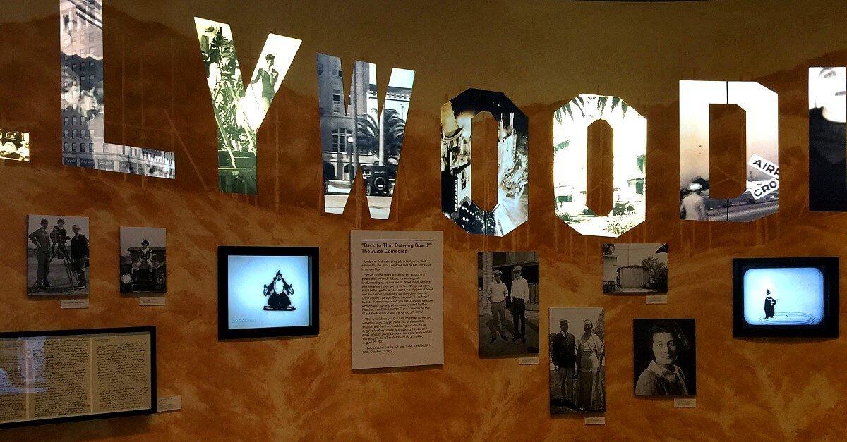 Wand mit Fotos und Bildschirmen im Walt Disney Family Museum in San Francisco