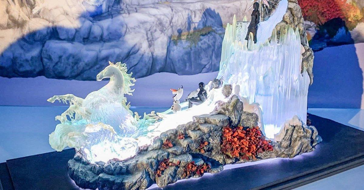 Modell des Paradenwagens für Frozen 2: Celebration Promenade mit Nook, Olaf und Elsa