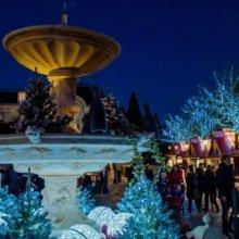 Imbissbuden und ein weihnachtlich beleuchteter Brunnen in Disneyland Paris