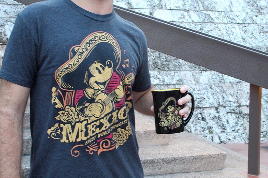 ein Mann in einem Shirt mit Mexico-Aufdruck hält eine Tasse in der Hand