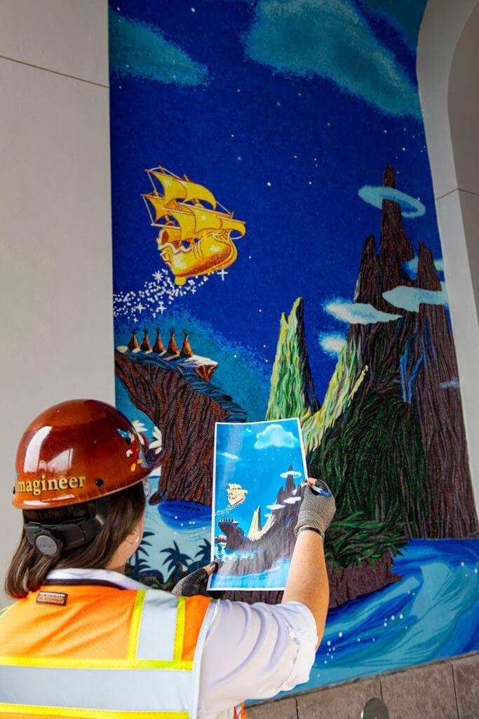 ein Disney Imagineer vor einem Mosaik im neuen Riviera Resort