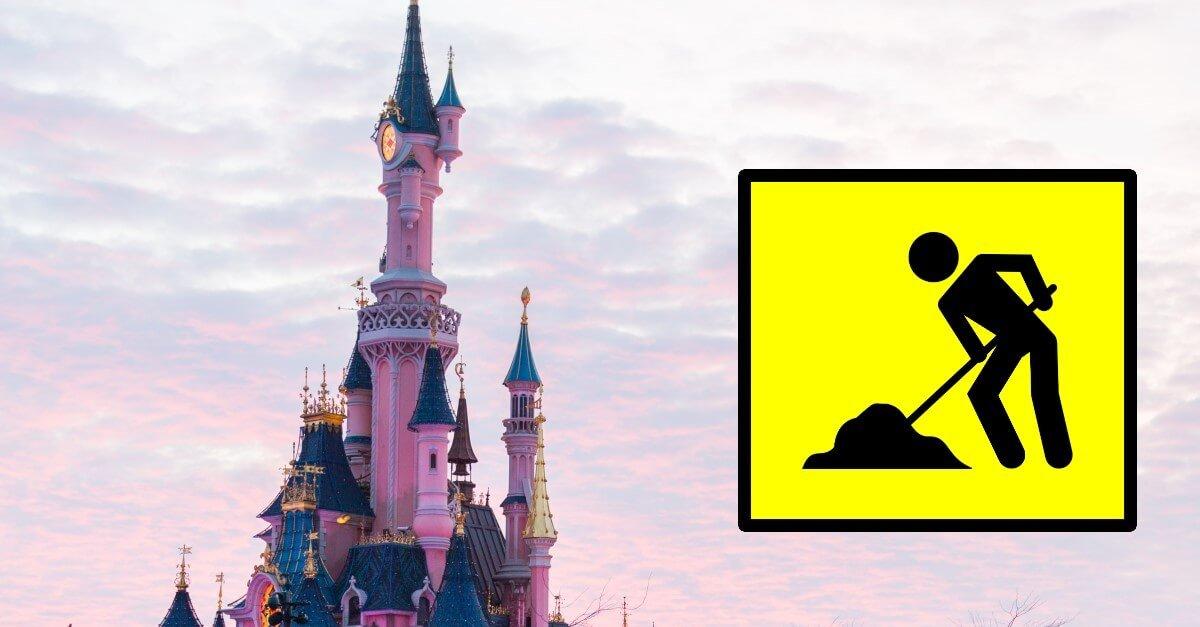 Schloss in Disneyland Paris mit Baustellenschild