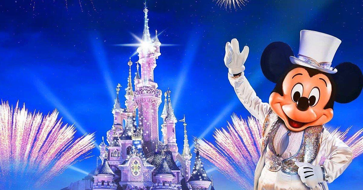 Mickey Mouse im weißen Frack mit Zylinder vor dem Schloss in Disneyland Paris