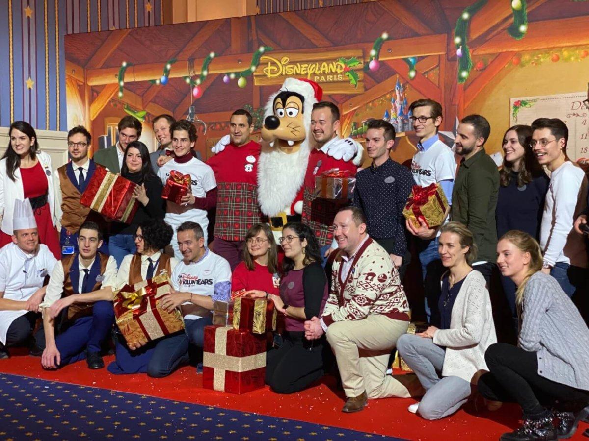 Disney Voluntears mit Geschenken der Party für einen guten Zweck