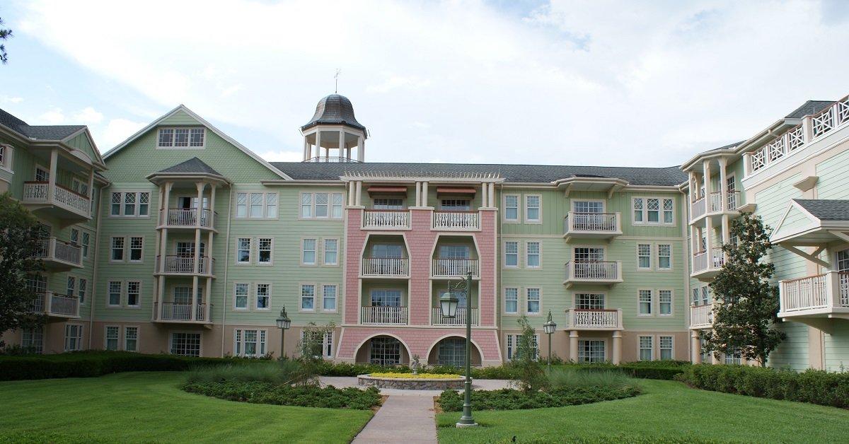 Blick auf ein Gebäude des Saratoga Springs Resorts