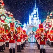 Nussknacker in der Weihnachtsparade auf der Main Street U.S.A. vor dem Cinderella Schloss bei festlicher Beleuchtung