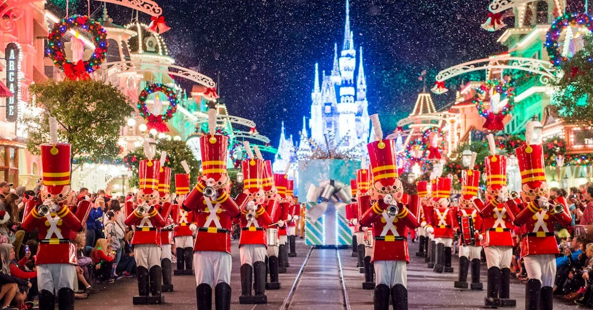 Mickey's Very Merry Christmas Party - Parade mit einer Band aus Nussknackern vor dem Schloss