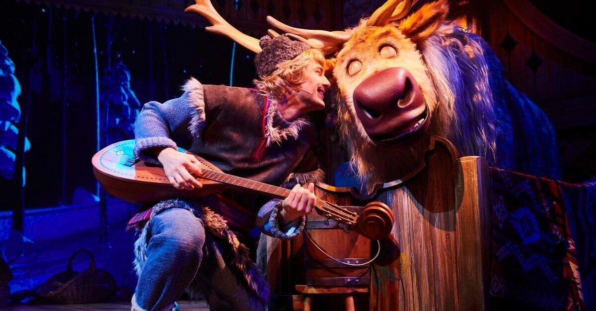 Sven und Kristoff singen in der Scheune ein Lied