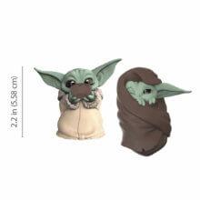 Baby Yoda in Decke eingewickelt und trinkend