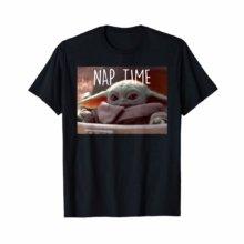 Baby Yoda auf T-Shirt mit der Aufschrift Nap Time