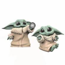Baby Yoda mit Ball und traurig
