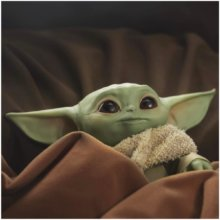 Baby Yoda/The Child aus The Mandalorian kuschelt in einer Decke