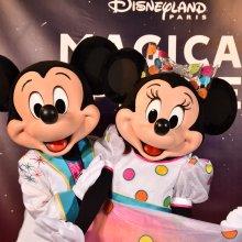 Mickey und Minnie in ihren bunten Outfits