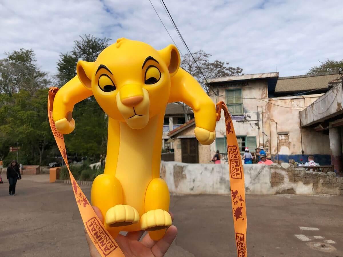 Eine Hand hält einen Popcorneimer in Form von Simba in die Höhe