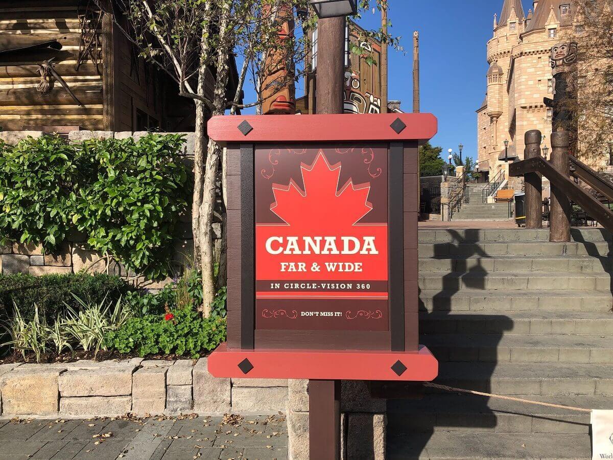 """Blick auf ein Schild zum Film """"Canada Far and Wide"""" im Kanada Pavillon in Epcot"""
