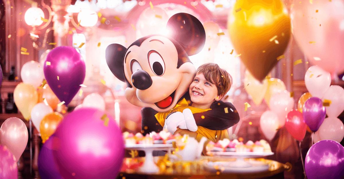 Mickey feiert mit einem Kind