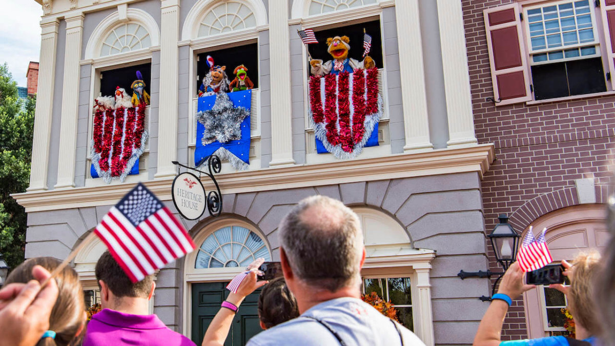 """Blick auf einige Muppets bei der Show """"The Muppets Present... Great Moments in American History"""" am Liberty Square"""