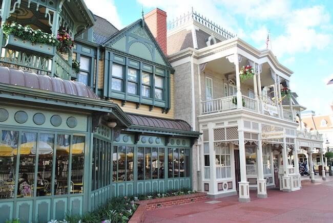 Außenansicht des Plaza Restaurants am Ende der Main Street U.S.A.