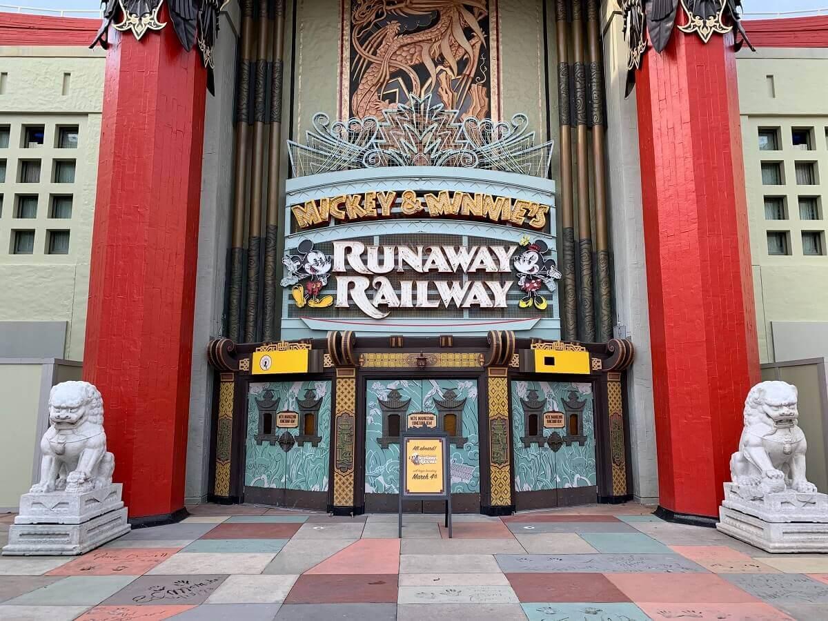 """Blick auf den Eingang zur Attraktion """"Mickey & Minnie's Runaway Railway"""" in den Hollywood Studios"""