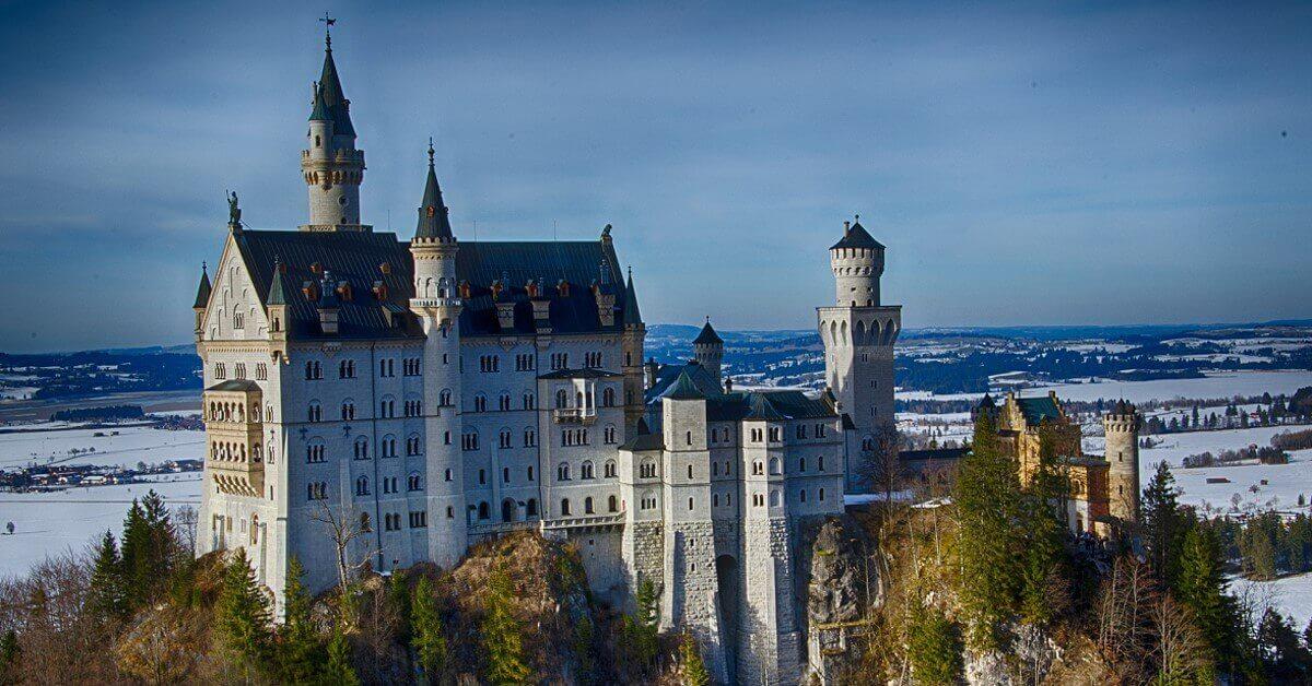 Schloss Neuschwanstein vor verschneiter Landschaft