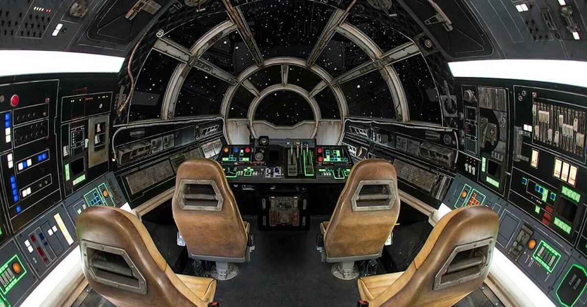 Cockpit mit vier Sitzen und Steuerelementen im Millenium Falcon