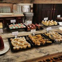 saisonale Desserts passend zur Frozen Saison mit Macaroons und Eclairs