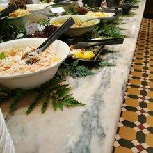 Überblick über das Salatbuffet mit gemischten Salaten