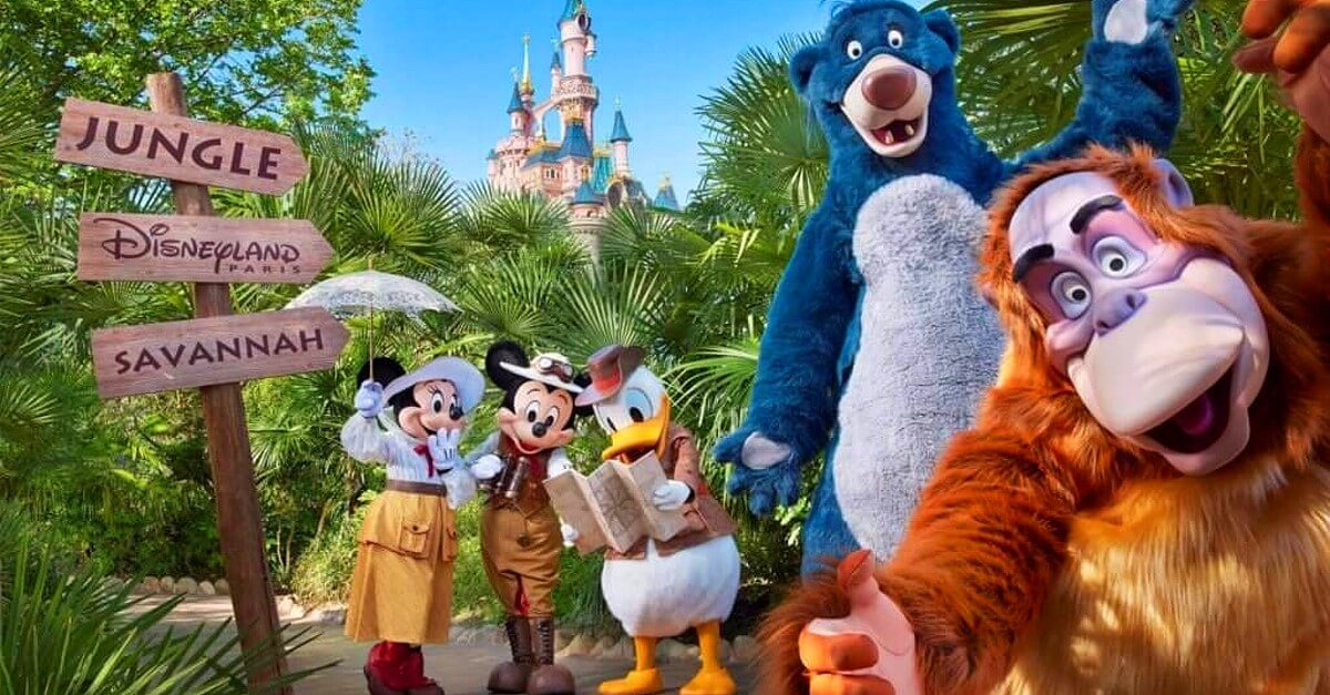 King Loui, Balu, Donald Duck, Mickey Mouse und Minnie Mouse im Dschungel vor dem Schloss in Disneyland Paris