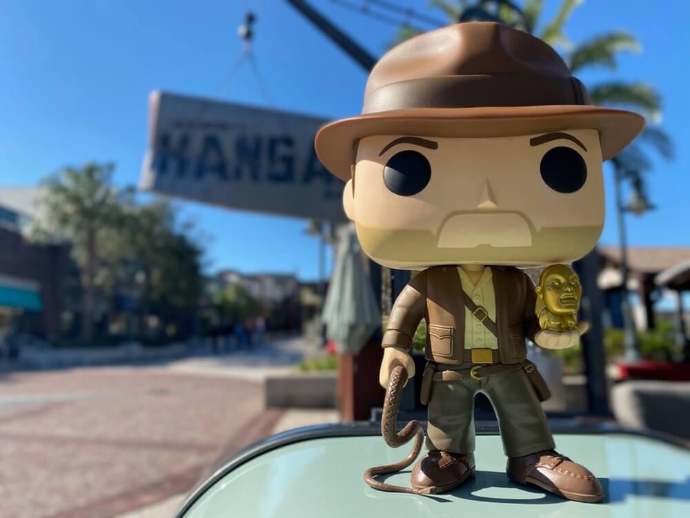 ein Indiana Jones-Funko Pop steht auf einem Mülleimer in der Nähe von Jock Lindseys Hangar Bar in Disney Springs